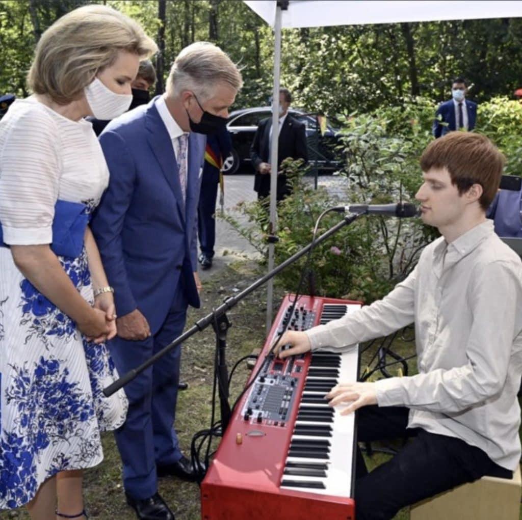Lou B. A interprété une version toute personnelle de la Brabançonne (hymne national belge)